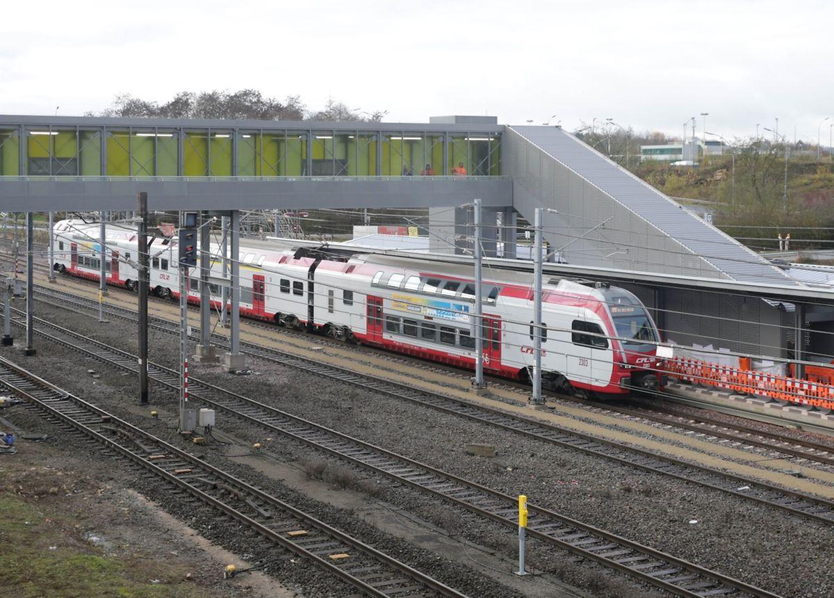 La nouvelle gare de Howald est directement connectée au parking du Cactus Howald par une passerelle au-dessus des voies.