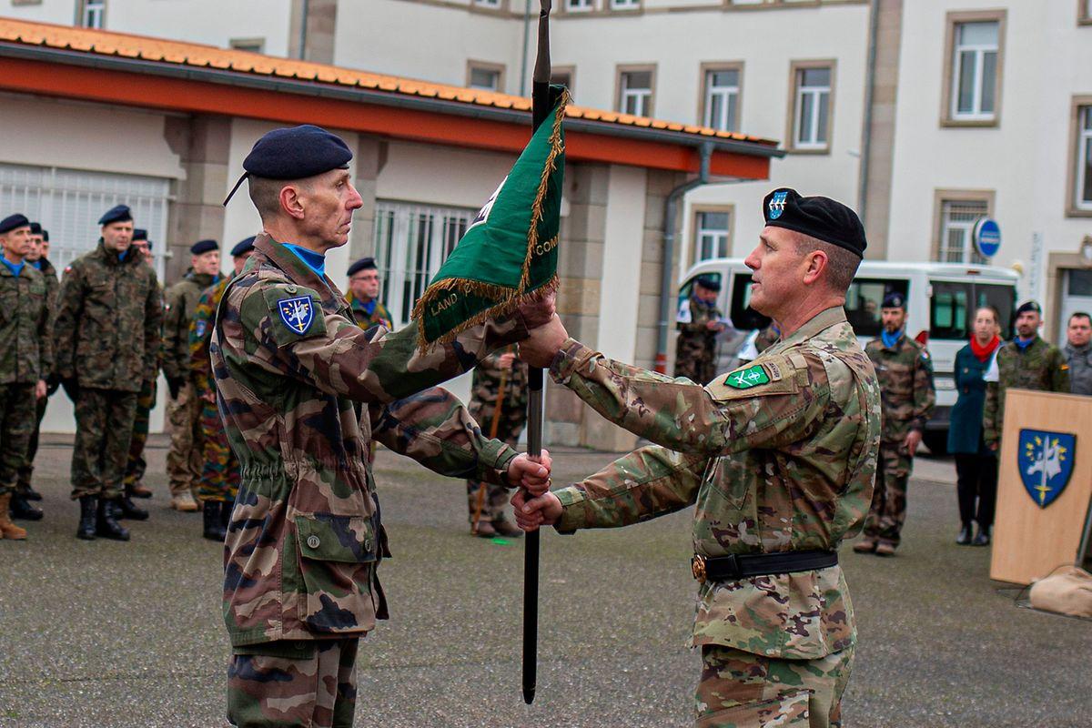 Comandante norte-americano do quartel-general da NATO, em Izmir (Turquia), General John Thomson (dta.), passa a bandeira da Força de Reação Terrestre Rápida ao comandante do Eurocorpo, General Laurent Kolodziej (esq.), em Estrasburgo.