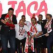 A equipa do Desportivo das Aves liderada pelo seu treinador José Mota (3E) e o guarda redes Quim 4(D) festejam a conquista da Taça de Portugal de futebol frente ao Sporting à chegada à Vila das Aves, 21 de maio de 2018. MANUEL ARAÚJO/LUSA