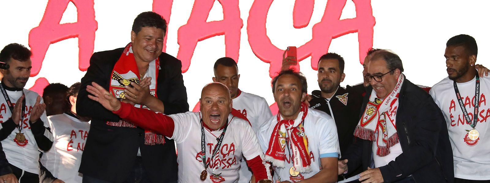 A equipa do Desportivo das Aves liderada pelo seu treinador José Mota e o guarda redes Quim festejam a conquista da Taça de Portugal de futebol frente ao Sporting à chegada à Vila das Aves, 21 de maio de 2018. MANUEL ARAÚJO/LUSA