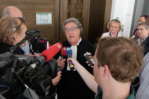 Me Gaston Vogel nach Bekanntwerden der Verfahrensaussetzung vor versammelter Presse.