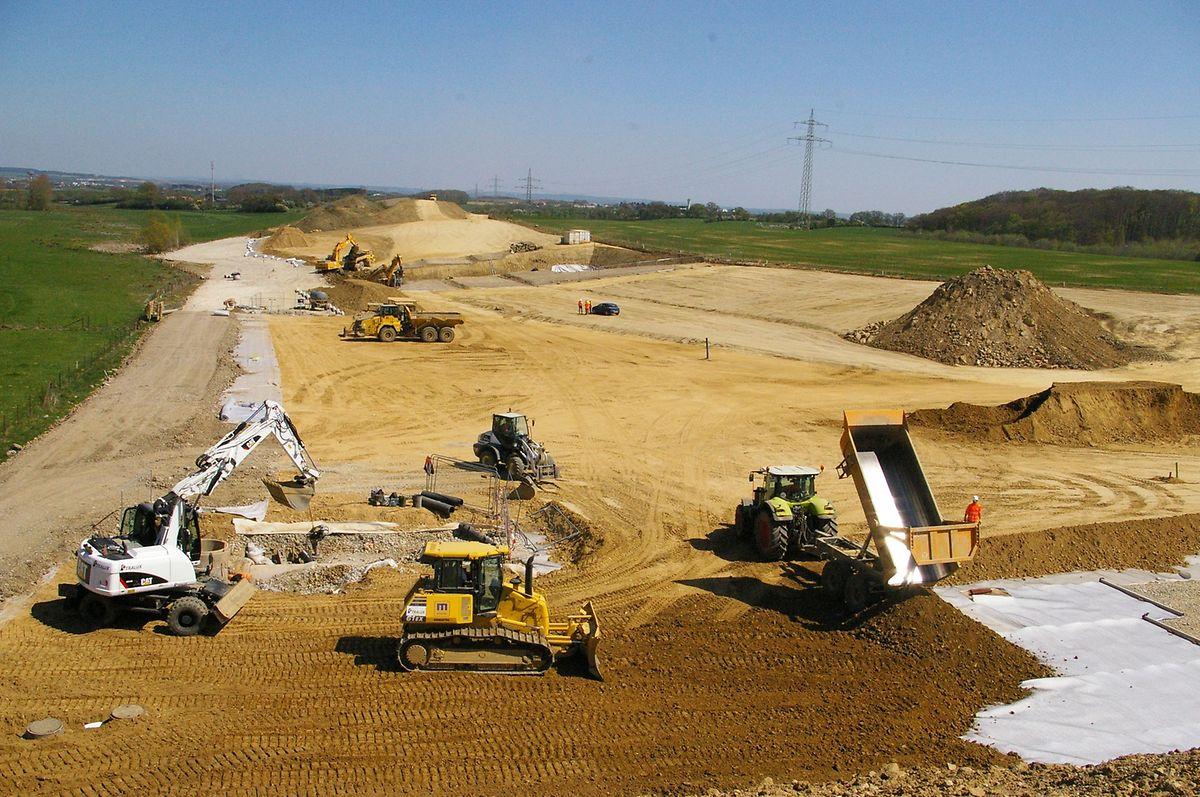 Hier muss bis zu 13 Meter hoch aufgeschüttet werden, ehe mit dem Fahrbahnbau begonnen wird.