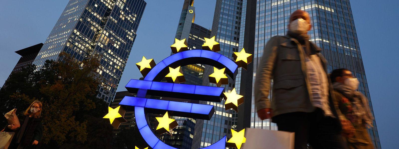 Face au risque d'endettement des Etats, 108 économistes de 13 pays de l'UE plaident pour une annulation conditionnelle de la dette publique détenue par la BCE pour permettre aux Etats d'effectuer les investissements nécessaires à la transition écologique.