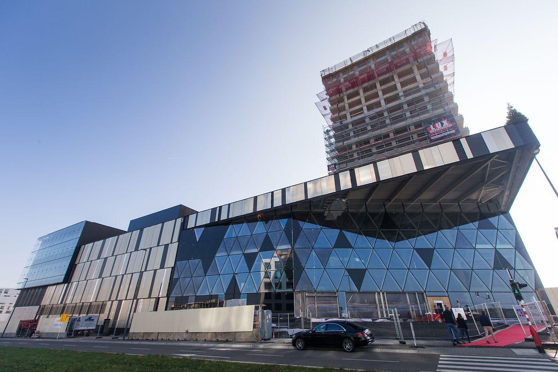 Während die Arbeiten an der Fassade des Einkaufszentrums ihrem Ende entgegensehen, läuft der Bau der beiden 60 Meter hohen Wohntürmen auf Hochtouren.