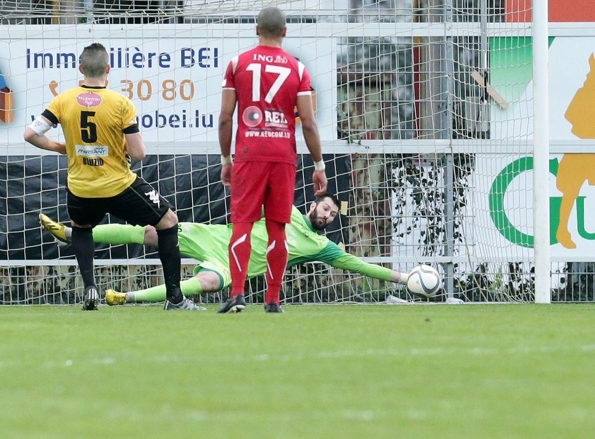 Le tournant du match: Julien Weber arrête le penalty d'Ismaël Bouzid (n°5)