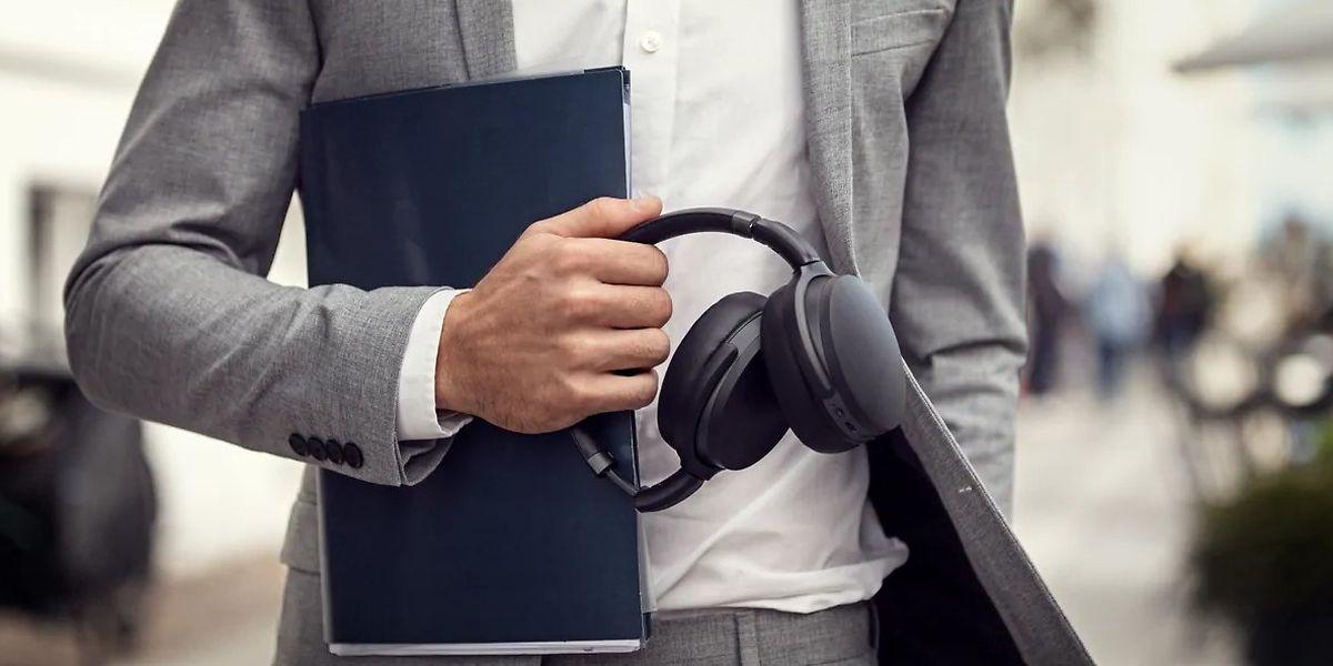 """Der Kopfhörer """"Adapt 360"""" von Epos/Sennheiser ist - mit rund 240 Gramm - auch unterwegs ein praktischer Begleiter."""