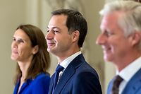 Foreign Affairs Minister Sophie Wilmes (L), Prime Minister Alexander De Croo (C) and King Philippe - Filip of Belgium pose for the official family picture, following the oath ceremony of the new government at the Royal palace in Brussels. (Photo by Danny GYS / POOL / AFP) / Belgium OUT