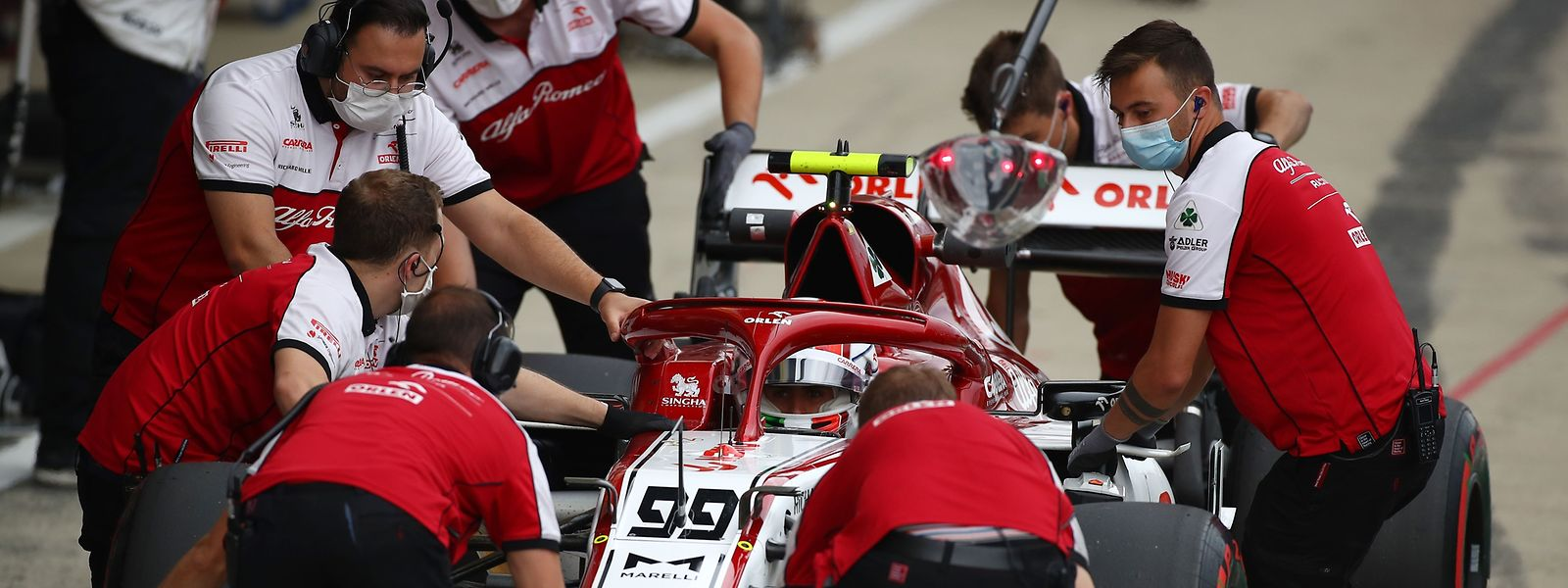 Antonio Giovinazzis Alfa Romeo wird von der Crew in Empfang genommen.