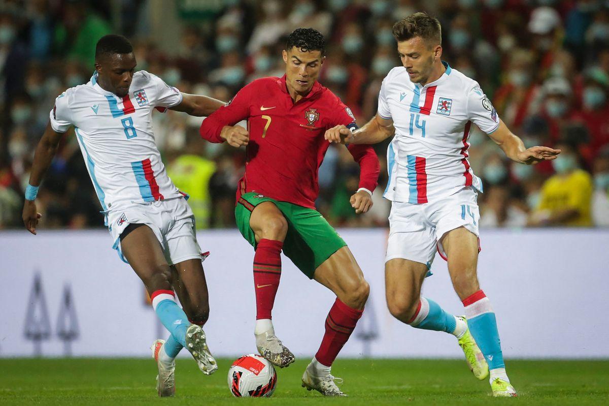 Cristiano Ronaldo erlebt gegen die Luxemburger um Maurice Deville (r.) und Christopher Martins einen unterhaltsamen Abend.