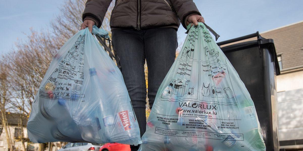 On peut jeter dans le sac vert (à droite) des films plastiques et des sacs, ce qui n'est pas le cas des sacs bleus.