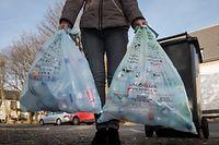 Egal ob blau oder grün: Wichtig ist laut Alain Heinen von Valorlux, dass sämtliche Verpackungen, die in den Tüten entsorgt werden, leer sind. Groß ausgespült werden müssen sie allerdings nicht. Die Verschlüsse können mit in den blauen – oder grünen – Sack.