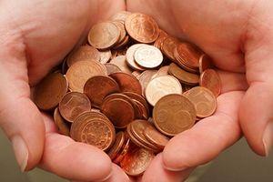 Euromünzen, Kleingeld, monnaie, Cent,  abenteuer, entgegen, gegen, gegeneinander, wider, rentenpapier, banknoten, scheine, geschaefte, geschaeftlich, geschäft, geschäftlich, geschäfts, unternehmen, bargeld, closeup, großaufnahme, macro, makroaufnahme, chip, geldstück, prägen, handel, kommerz, community, gemeinde, gemeinschaft, gesellschaft, begriff, konzept, beitrag, beitragen, finanzieller beitrag, korruption, falsch, falschen, falschung, fälschen, fälschung, gefalscht, gefälscht, kriese, krise, währung, schuld, schulden, verbindlichkeit, verpflichtung, europa, weibchen, weiblich, weibliche, falschen, falsifikat, fälschen, fälschung, schmieden, blatt, geleiten, hand, hande, handen, handgriff, handlanger, handschrift, handvoll, händen, reichen, seite, zeiger, die ha, hände, verarmung, aufblasen, aufblähung, inflation, interesse, interessieren, zins, zinsen, viele, minimum, bargeld, geld, reichtum, vermogen, vermögen, bezahlen, gebühren, schenken, zahlen, altersversorgung, pension, pensionieren, rente, armut, anwesend, gegenwart, gegenwartig, gegenwärtig, geschenk, jetzig, prasent, präsent, präsentieren, vorlegen, gewinn, profit, profitieren, umsatz, einsparung, spar, sparen, sparsamer, absichern, sicher, sichern, zuverlassig, zuverlässig, einkaufen, einkäufe, schattenriss, schattenriß, scherenschnitt, silhouette, solidarität, unterstutzung, unterstützung, verbundenheit, aufpreis, zusatzgebühr, steuern, bringen, ubertragen, uberweisung, versetzung, übertragen, übertragung, überweisung, piratenschatz, schatz, fuhren, führen, lohn, fülle, reichtum, vermogen, vermögen, frau