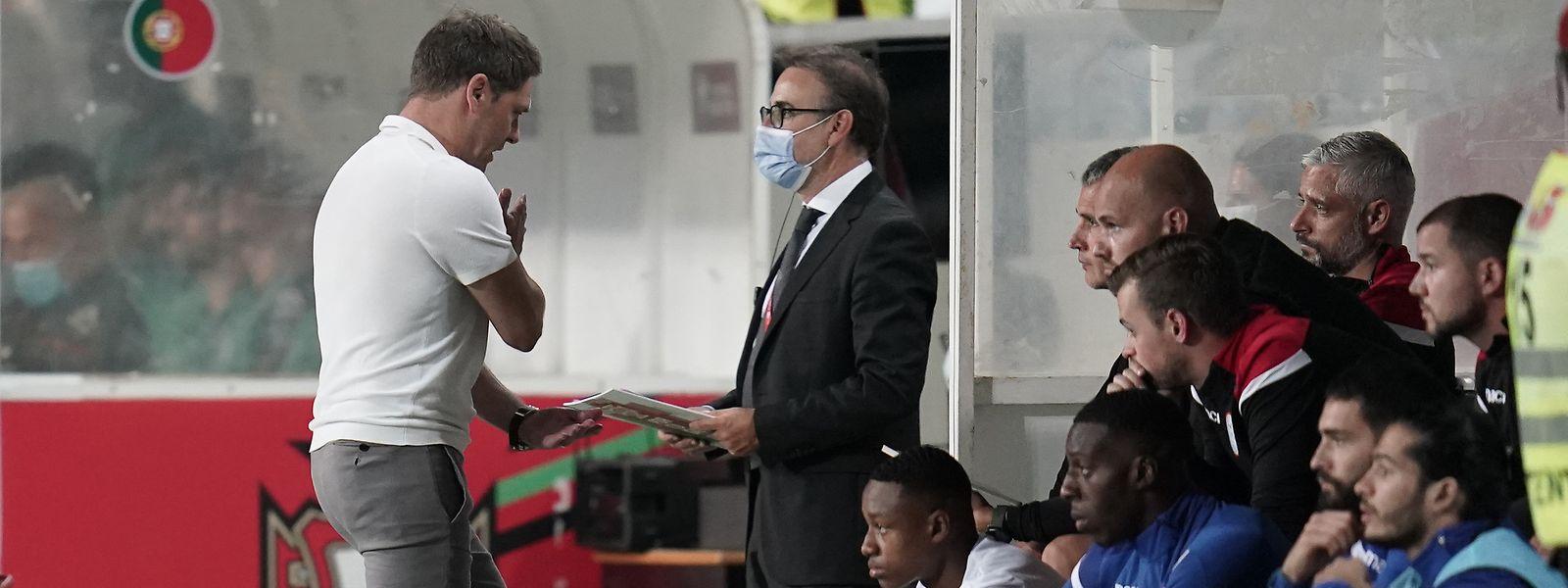Nationaltrainer Luc Holtz (l.) ärgert sich, die Spieler auf der Bank blicken ratlos drein.