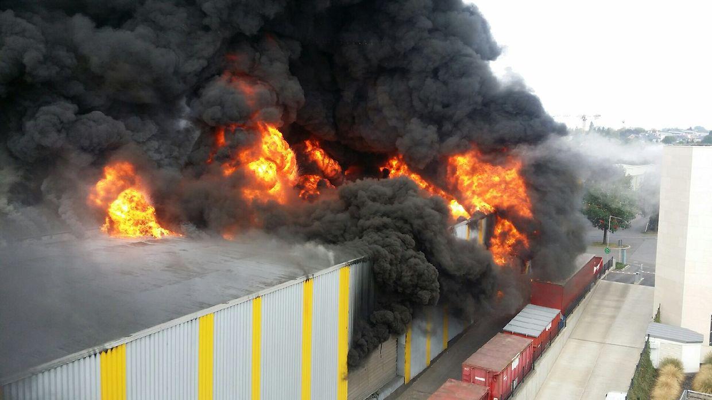 Das Gebäude mit angrenzender Lagerhalle steht in Flammen.