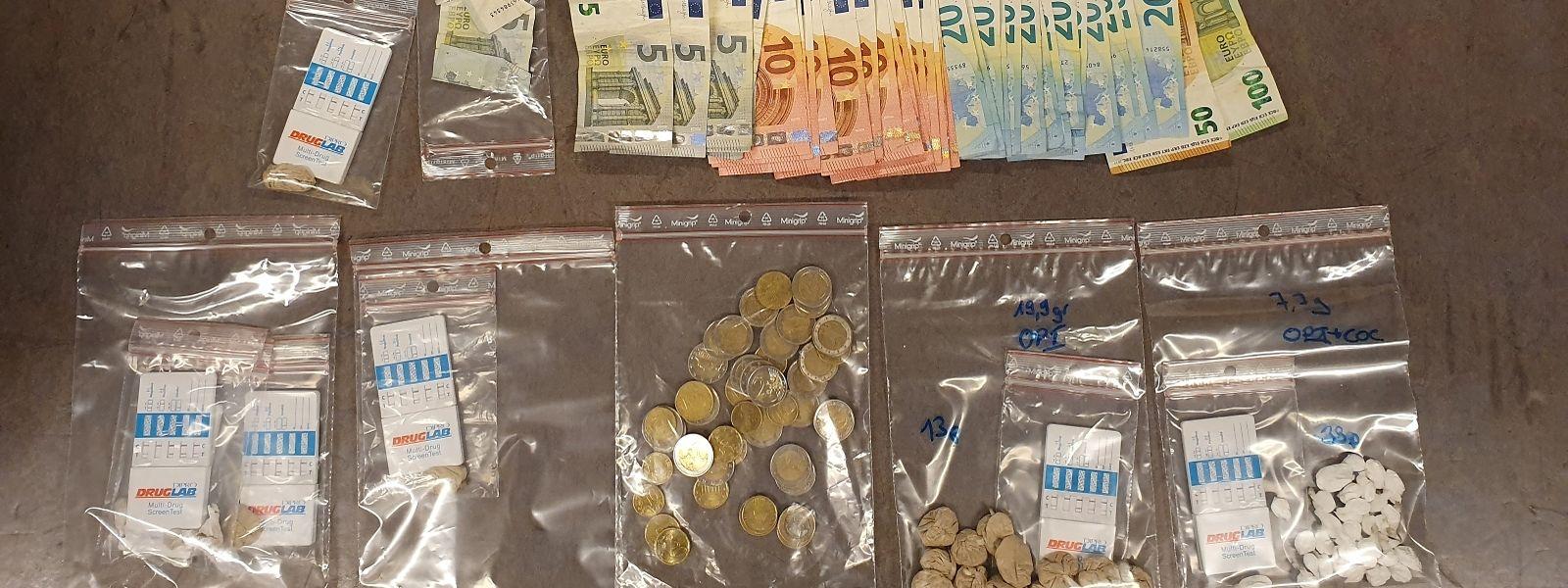 Sichergestellte Drogen und Bargeld.