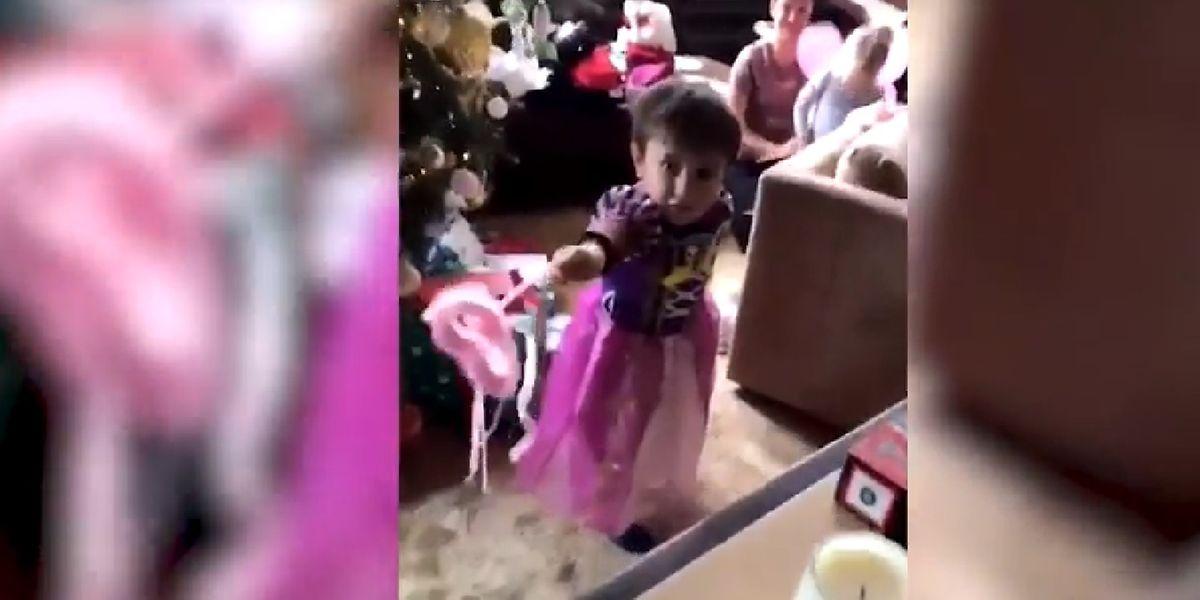 Le neveu du pilote de F1, déguisé en princesse, dans la vidéo de son oncle.