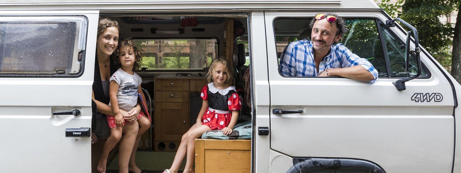 Olivier, Natascha und die Kinder Lilia (l.) und Yuna (r.) nannten den VW-Bus für rund acht Monate ihr Zuhause.