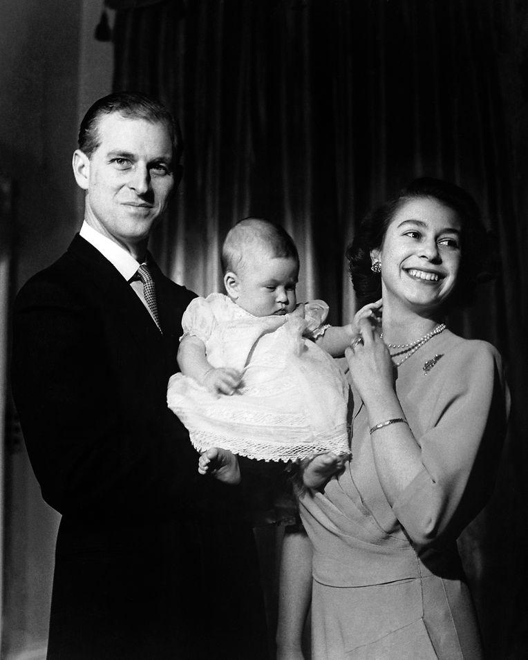 Der erste große Auftritt: Kronprinzessin Elizabeth und ihr Mann Philip, der Duke of Edinburgh, präsentieren den sechs Monate alten Charles der Öffentlichkeit.
