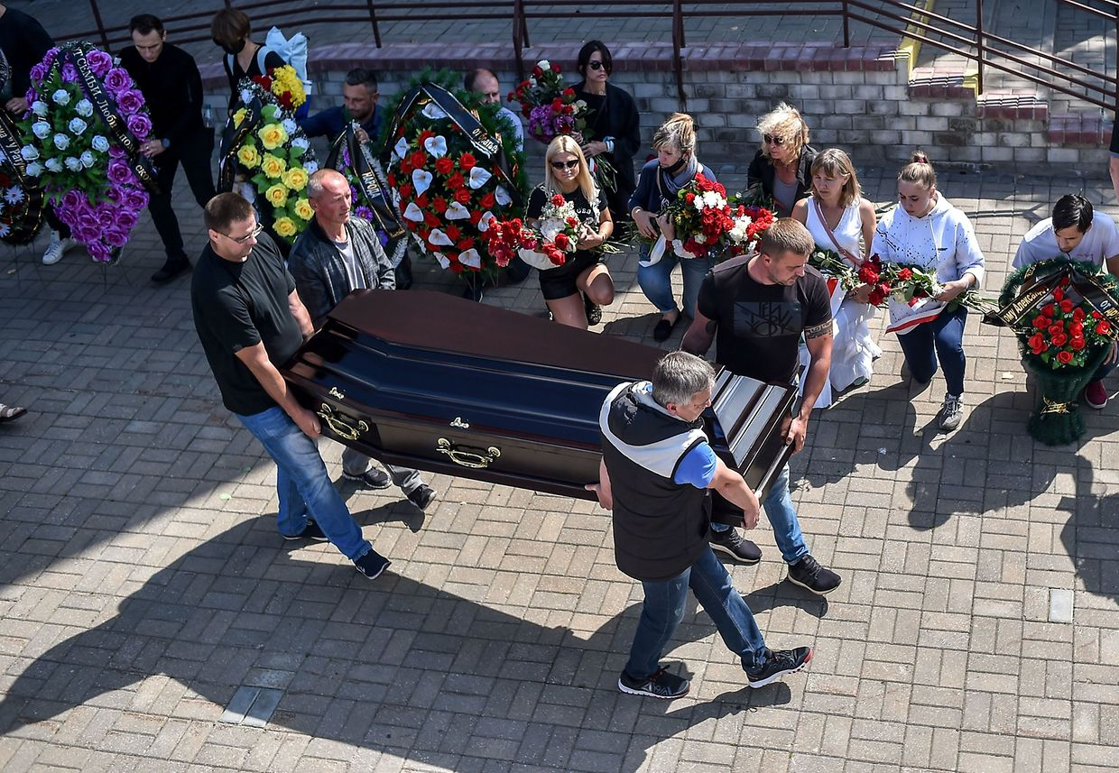 Men carry a coffin with the body of Alexander Taraikovsky, a 34-year-old protester who died on August 10, during the funeral ceremony in central Minsk on August 15, 2020. - The opposition in Belarus was gearing up for a weekend of new demonstrations on August 15 with pressure growing on strongman leader Alexander Lukashenko from the streets and European leaders. (Photo by Sergei GAPON / AFP)