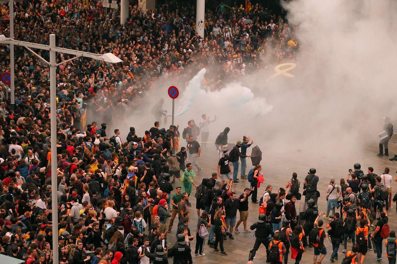 Auseinandersetzungen zwischen Demonstranten und Sicherheitskräften außerhalb des Flughafens El Prat in Barcelona.