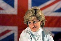 """ARCHIV - 22.02.1996, Pakistan, Lahore: Prinzessin Diana vor der britischen Fahne. Die einen priesen sie als Mischung aus Super-Modell und Mutter Teresa, andere hielten sie für eine rachsüchtige Ehefrau: Als die BBC am 20. November 1995 ein Interview mit Prinzessin Diana ausstrahlte, stockte wegen des brisanten Inhalts nicht nur den Briten der Atem. (zu dpa """"Königin der Herzen: Vor 25 Jahren erschütterte Diana die Monarchie"""") Foto: John Giles/PA/epa/dpa +++ dpa-Bildfunk +++"""