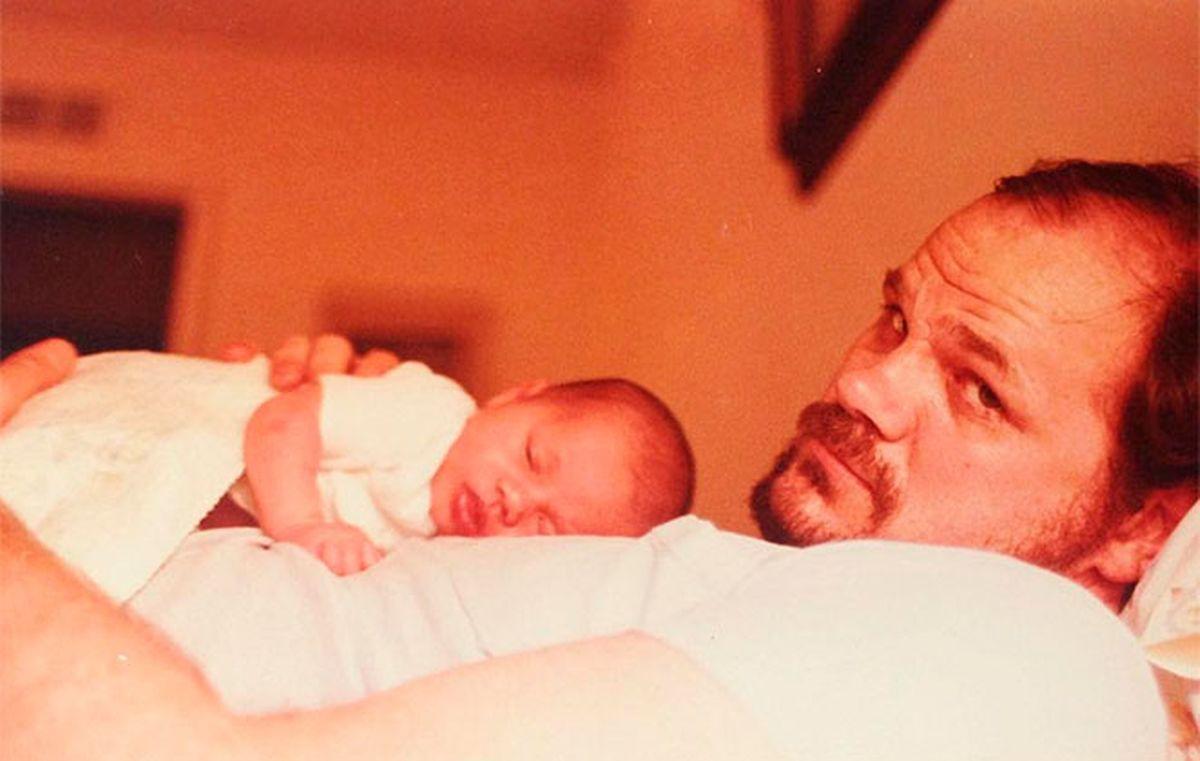 Fotografia antiga de Thomas Markle segurando Meghan em bebé que a ex-atriz tinha publicada no seu instagram.