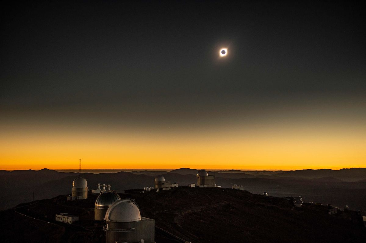 Die Sonnenfinsternis über dem La-Silla-Observatorium(ESO) in La Higuera, Chile.