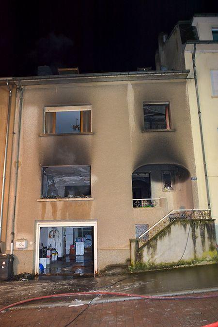 Das Feuer brach im Wohnzimmer des Einfamilienhauses aus.
