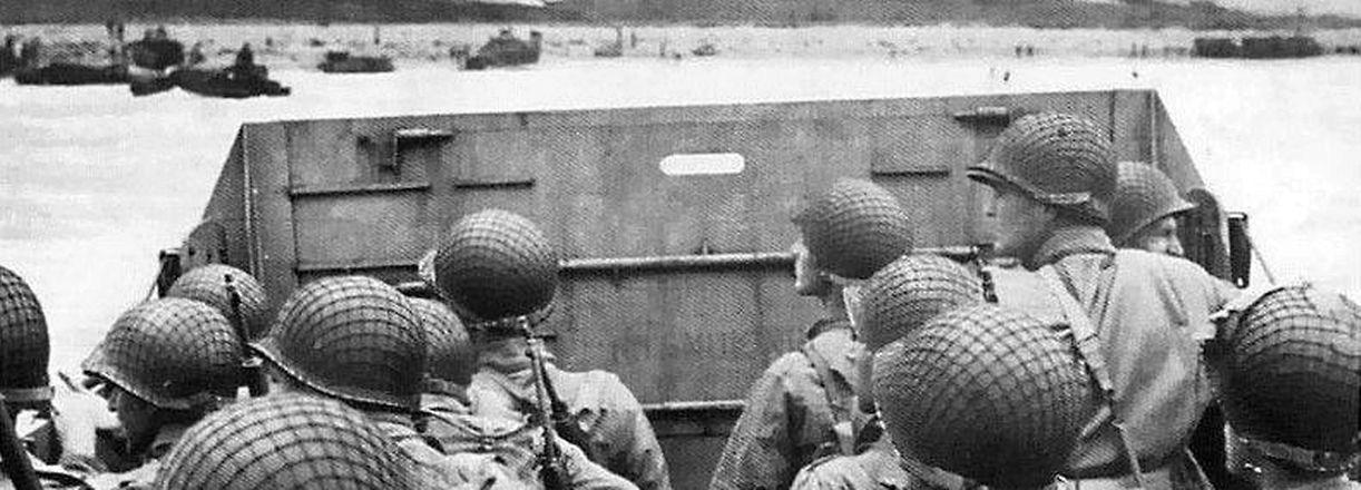 Soldats américains à bord d'une péniche de débarquement se dirigeant vers Omaha Beach
