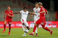 Union Berlin's Swedish forward Sebastian Andersson (R) and Mainz' Luxembourgian midfielder Leandro Barreiro Martinsvie for the ball during the German first division Bundesliga football match 1 FC Union Berlin v 1 FSV Mainz 05 on May 27, 2020 in Berlin, Germany. (Photo by Odd ANDERSEN / various sources / AFP) / DFL REGULATIONS PROHIBIT ANY USE OF PHOTOGRAPHS AS IMAGE SEQUENCES AND/OR QUASI-VIDEO