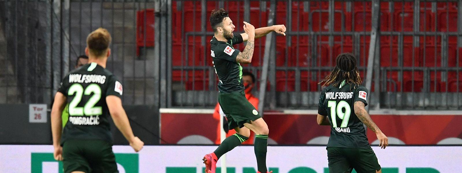 Renato Steffen (M.) und seine Wolfsburger Teamkollegen schießen Leverkusen ab.