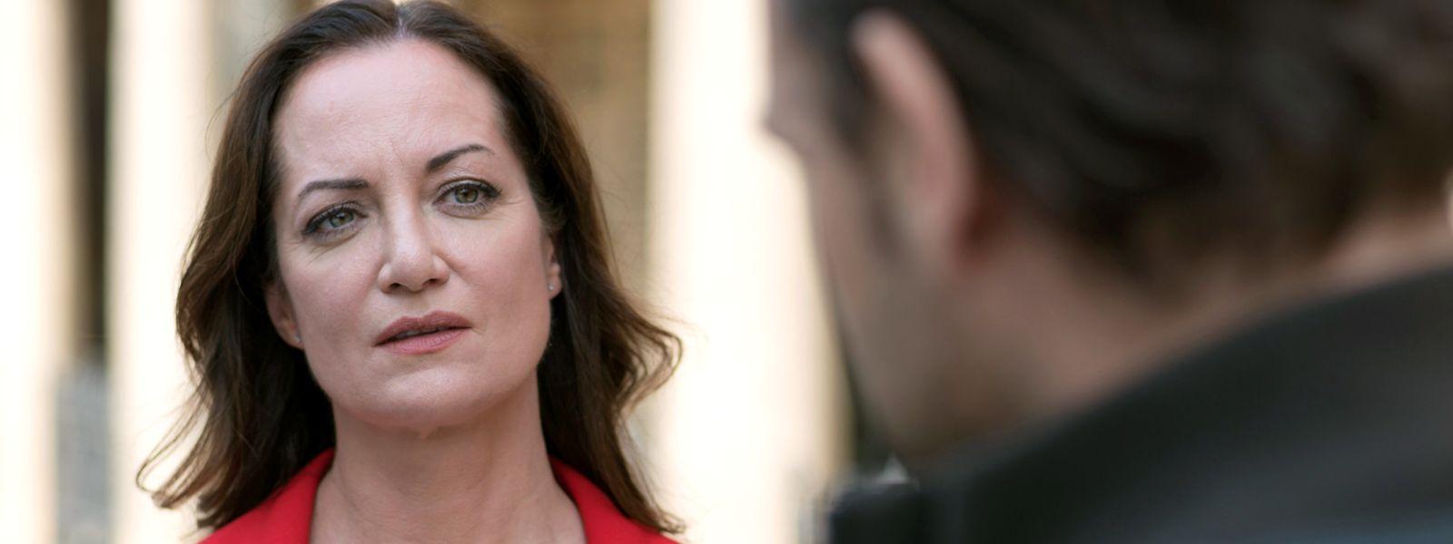 Botschafterin Karla Lorenz (Natalia Wörner) arbeitet mit Kommissar Jan Horava (Alexander Beyer) zusammen.