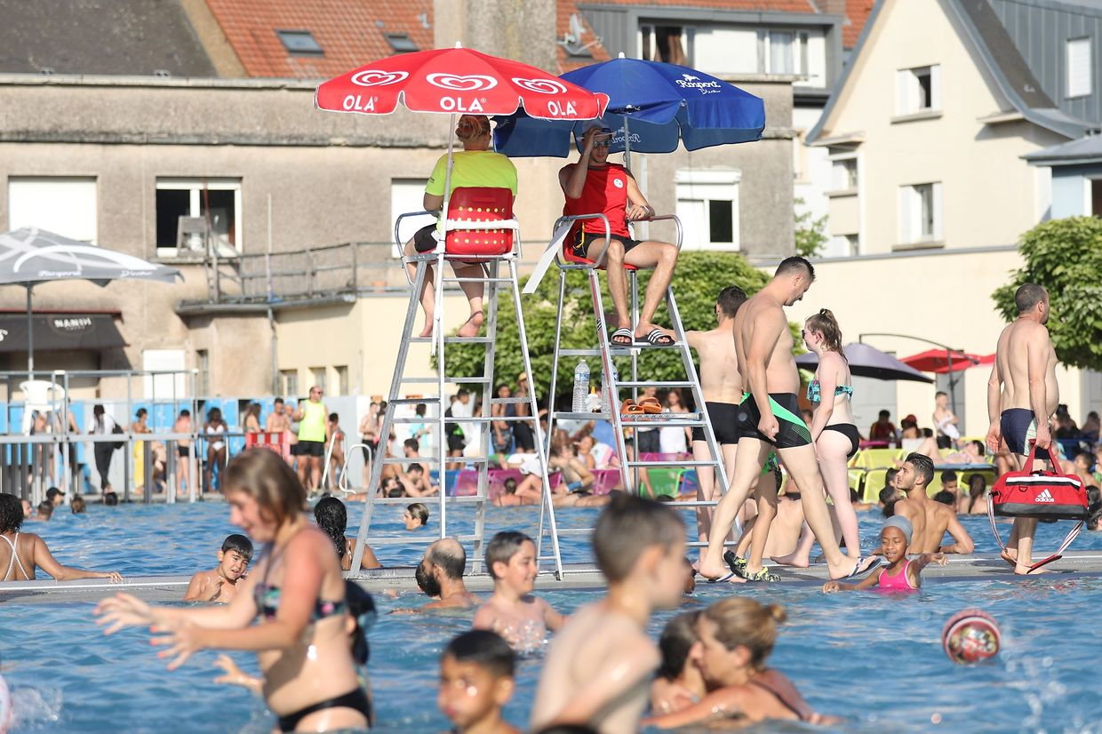 Outdoor pools in Luxembourg, such as this one in Oberkorn, were packed on Thursday Photo: Guy Wolff