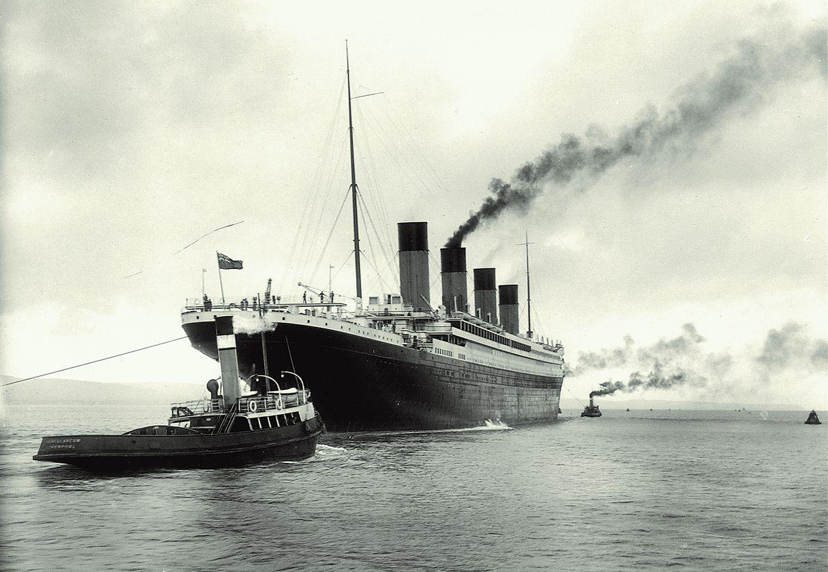 Die Titanic wird aus dem Werfthafen in Belfast geschleppt, um ihre Testfahrten zu absolvieren.
