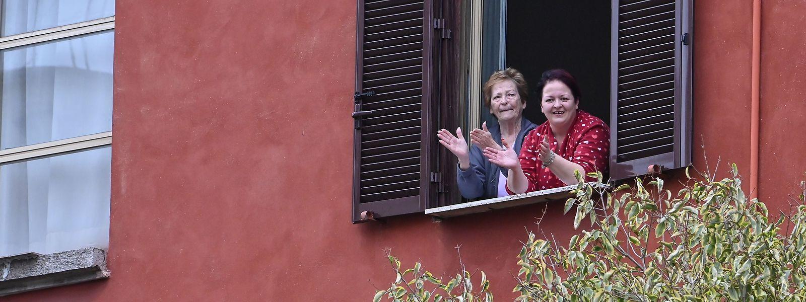 """""""Un applauso per l'Italia"""": Das Foto vom Sonntag zeigt applaudierende Bewohner Roma: Hier wie in anderen Städten Italiens trotzt man mit Musik dem Virus."""