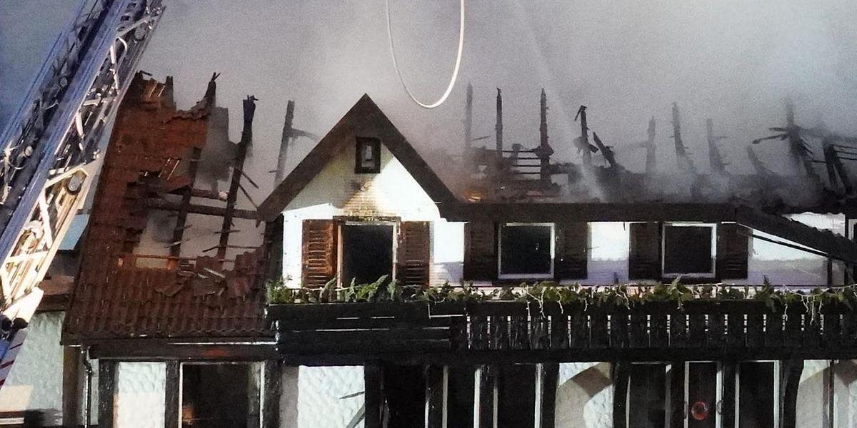 Beim Brand des Drei-Sterne-Restaurants im Schwarzwald ist Polizeiangaben zufolge ein Schaden im siebenstelligen Bereich entstanden.