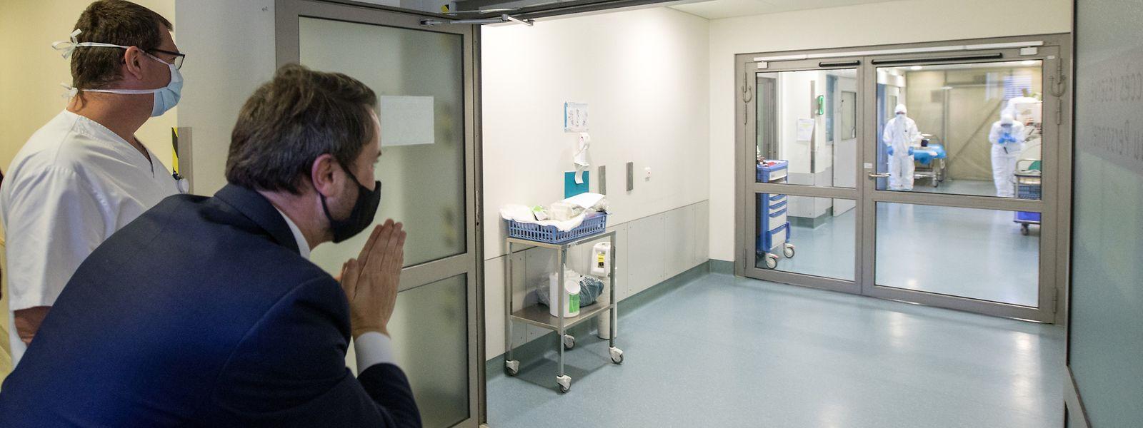 Premierminister Xavier Bettel und Gesundheitsministerin Paulette Lenert standen am Donnerstag im Hôpital Kirchberg alle Türen offen – bis auf eine: jene der Corona-Station. Man bedankte sich daraufhin per Handzeichen bei den Mitarbeitern für ihre Arbeit.