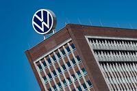 ARCHIV - 27.04.2020, Niedersachsen, Wolfsburg: Das Logo von Volkswagen ist auf dem Dach des Markenhochhauses auf dem Werksgelände zu sehen. Volkswagen muss in der «Dieselgate»-Affäre weitere empfindliche Bußgelder in den USA fürchten. Foto: Swen Pförtner/dpa +++ dpa-Bildfunk +++