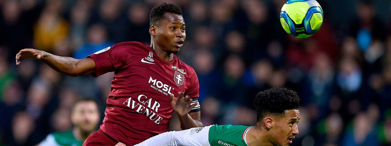 Habib Diallo surmonte William Saliba. Le FC Metz s'est offert une troisième victoire de rang après avoir dominé St-Etienne.