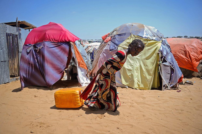 Somalia: Ein junges Mädchen zieht einen gefüllten Wasserbehälter hinter sich her. Kraft braucht sie dafür ganz sicher.