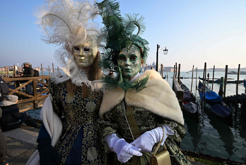 Venedig. Nicht nur die Gestalten in den traditionellen Masken, sondern auch die Eröffnungsregatta sind untrügliche Zeichen für den Beginn der Karnevalszeit in der Lagunenstadt.