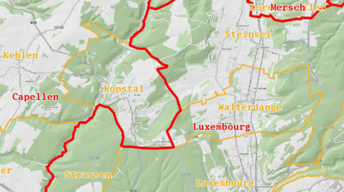 Die Kantonsgrenze (rot) verläuft so, dass die Südgemeinde Kopstal nördlich der Hauptstadt liegt.