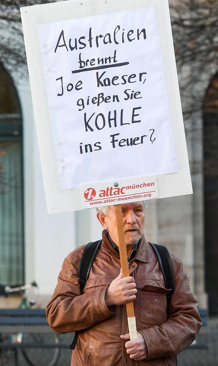 Protest vor dem Hauptsitz des Elektrokonzerns Siemens am Wittelsbacher Platz in München.