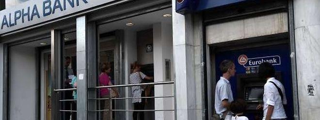 Au moins trois milliards d'euros ont été retirés des banques cette semaine, selon la presse.