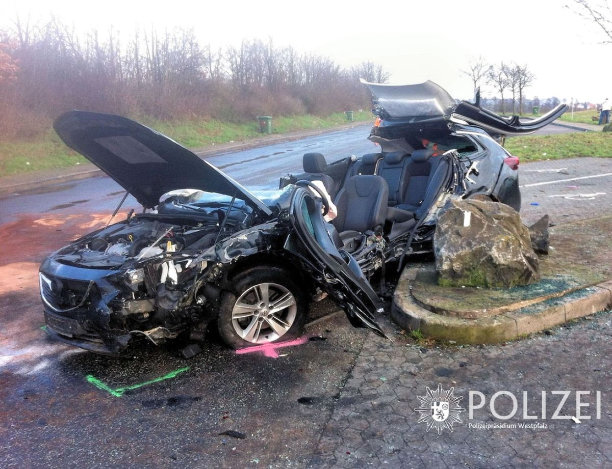Der Wagen überschlug sich mehrfach. Der Fahrer wurde dabei im Wagen eingeklemmt und schwer verletzt. Er musste von der Feuerwehr befreit werden.