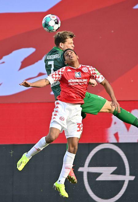 Leandro Barreiro im Kopfballduell mit Augsburgs Florian Niederlechner (grünes Trikot).