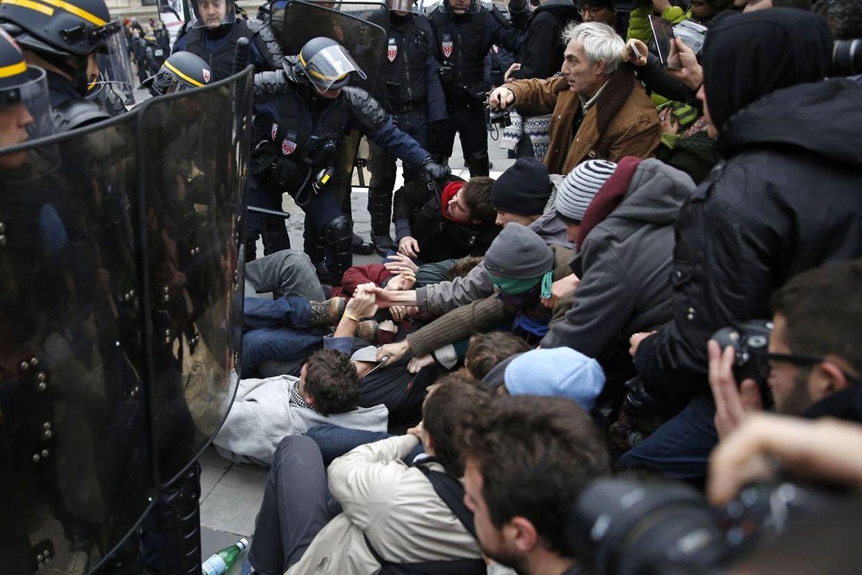 Trotz Demonstrationsverbots gingen in Paris Tausende Menschen auf die Straße. Dabei kam es zu Zusammenstößen mit der Polizei. Mehr als 300 Personen wurden verhaftet.