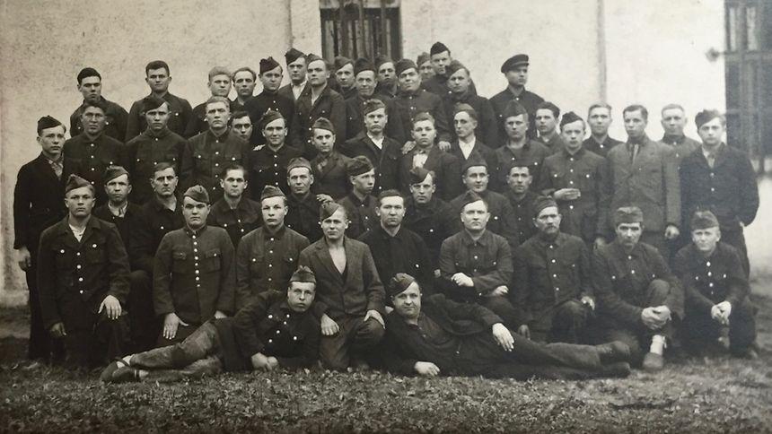 Sowjetische Kriegsgefangene in Differdingen von 1942 bis 1944. Insgesamt 3.500 sowjetische Bürger wurden nach der Befreiung Luxemburgs in die UdSSR repatriiert. Fjodor Bitschechwost ist der siebte von rechts in der zweiten Reihe.