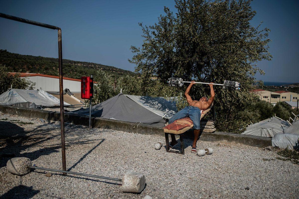 Ein Flüchtling trainiert neben seinem Zelt im im Flüchtlingscamp von Moria auf Lesbos.