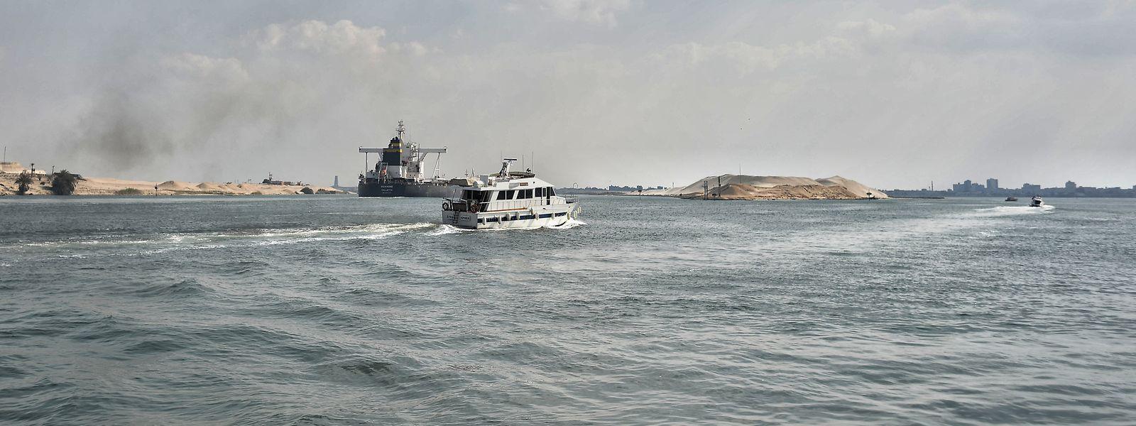 Schiffe fahren durch den Suezkanal bei Ismaila.